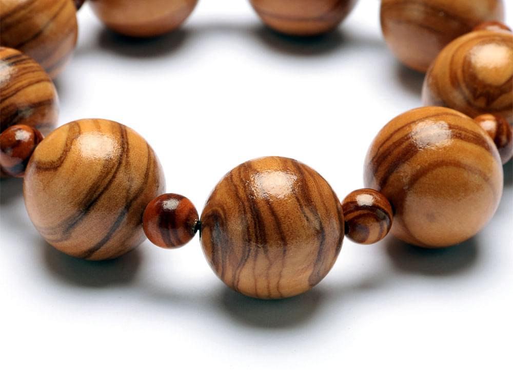 Detail of the Classic bracelet olive wood beads