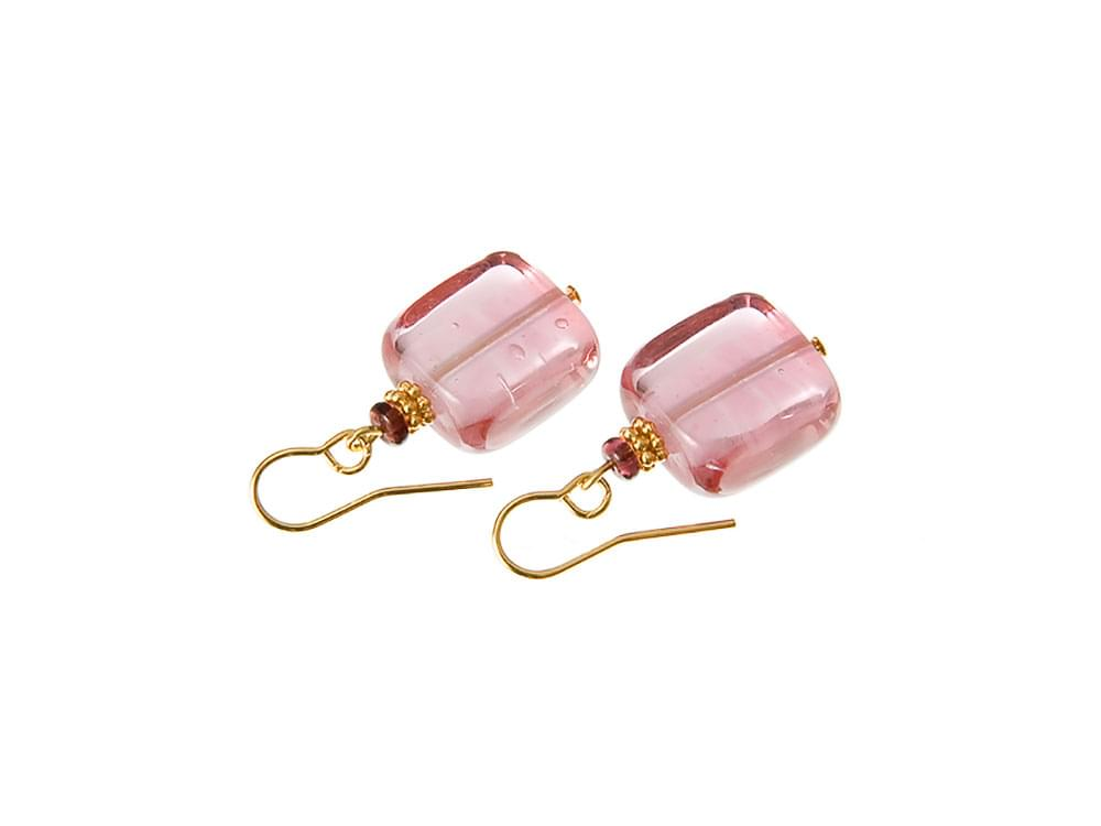 Tesoro - earrings with a cube of subtle pink Murano glass